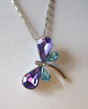 Кулон с цепочкой в виде стрекозы из кристаллов