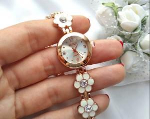 Часы кварцевые с браслетом из цветов из белой эмали