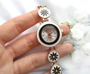 Часы позолоченные с вставками из белой и черной эмали