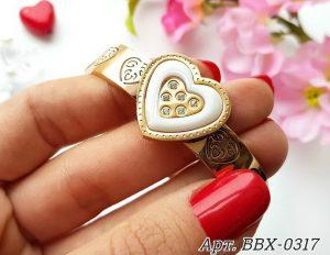 Браслет позолоченный с керамической вставкой в виде сердца