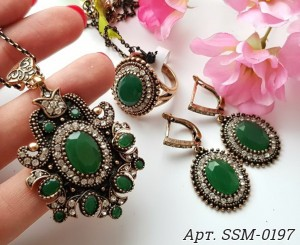Комплект бижутерии в восточном стиле с зеленым камнем
