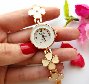 Часы с белой эмалью и фианитами