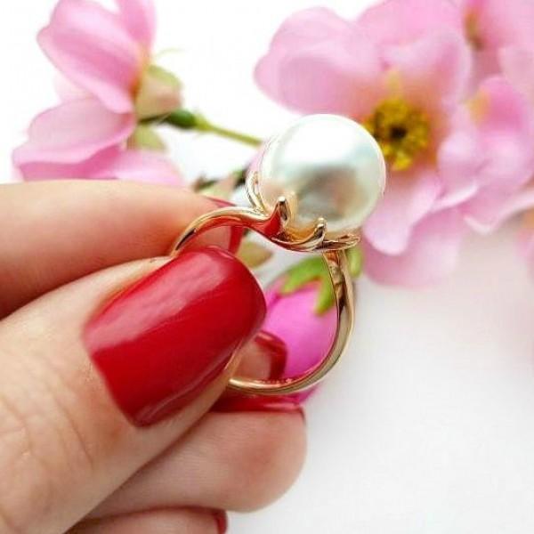 Кольцо с жемчугом позолоченное RIF-0177 на цветочном фоне