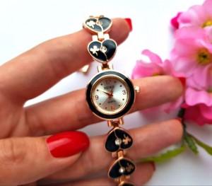 Часы с черным браслетом из сердечек