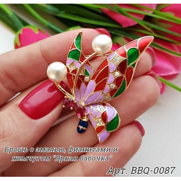 Брошь позолоченная в виде бабочки с фианитами и жемчугом