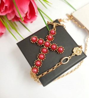 Крест-кулон с цепочкой и красным жемчугом
