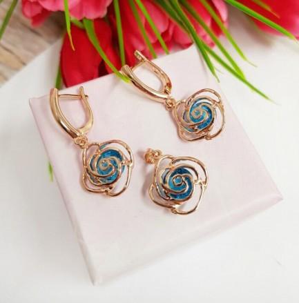 Комплект позолоченной бижутерии в виде ажурных роз с голубым фианитом