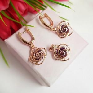 Комплект бижутерии в виде ажурных роз с фианитовыми вставками