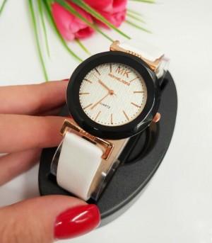 Часы женские кварцевые с черно-белым ремешком