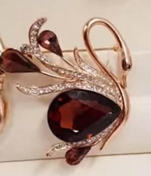 Брошь позолоченная лебедь с коричневым чешским стеклом