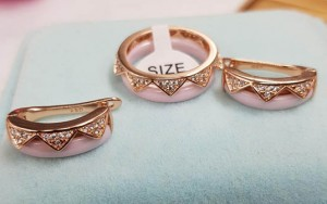 Комплект розовой керамической позолоченной бижутерии