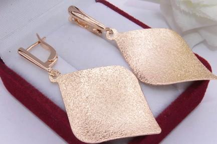 Серьги стильные с золотым покрытием E-624 на белом фоне