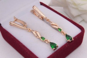 Cерьги длинные с зелеными фианитами