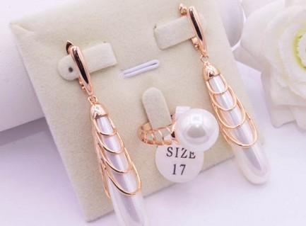 Комплект позолоченных украшений с жемчугом кольцо и длинные серьги