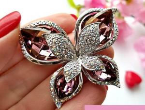 Брошь с цветными кристаллами Сваровски недорого