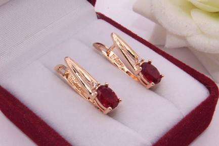 Серьги позолоченные с красными фианитами E-697 цена