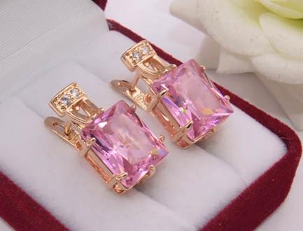 Серьги позолоченные с розовыми фианитами E-973 цена