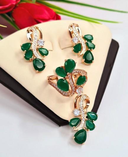 Комплект бижутерии с позолотой и зелеными фианитовыми вставками
