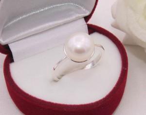 Кольцо посеребренное с жемчужиной R-0118 купить