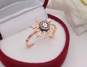 Кольцо позолоченное с керамикой и фианитами R-0139 в виде снежинки