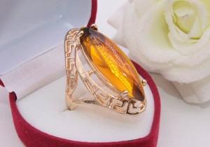 Кольцо позолоченное с искусственным янтарем цена