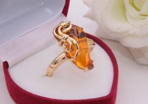 Кольцо позолоченное с вставкой под янтарь R-0237 недорого