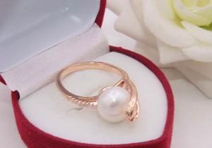 Кольцо позолоченное с жемчугом и фианитами R-0248 в подарочной упаковке