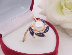 Кольцо позолоченное с жемчугом и цветной эмалью R-0251 медицинское золото
