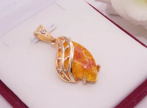 Кулон позолоченный с искусственным янтарем