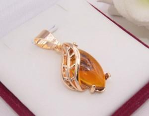 Кулон позолоченный с имитацией янтаря