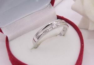 Кольцо родированное с фианитами R-0315 бижутерия