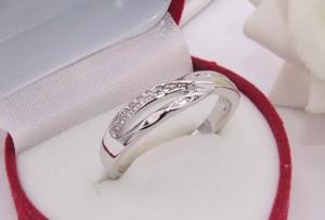 Кольцо с фианитовыми вставками R-0316 недорого