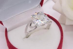 Кольцо родированное с фианитом R-0317 цена