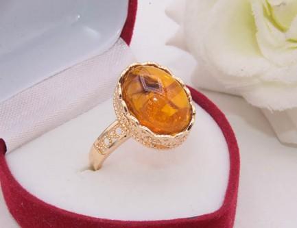 Кольцо позолоченное с искусственным янтарем R-0319 недорого