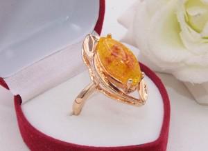 Кольцо позолоченное с вставкой под янтарь R-0322 бижутерия