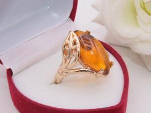 Кольцо позолоченное с имитацией янтаря R-0324 ювелирный сплав