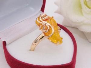 Кольцо позолоченное с имитацией янтаря R-0327 медицинский сплав