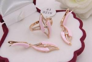 Комплект позолоченной бижутерии с розовой керамикой