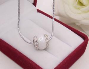 Кулон с цепочкой и белой керамической вставкой