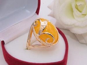 Кольцо позолоченное с искусственным янтарем R-0329 бижутерия