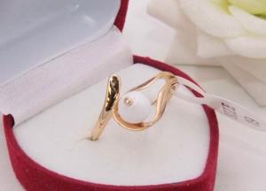 Кольцо позолоченное с белой керамикой R-0354 купить