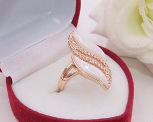 Кольцо позолоченное с белой керамикой R-0405 недорого