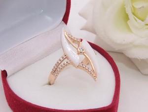Кольцо позолоченное с белой керамикой R-0408 бижутерия