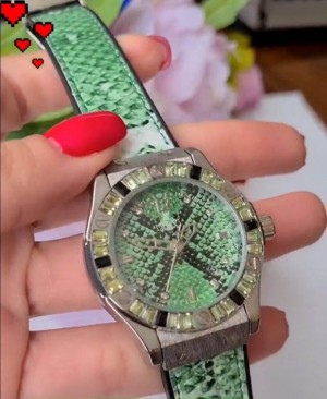 Часы женские кварцевые с зеленым ремешком и чешским стеклом